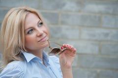Frau denkt an etwas Lizenzfreies Stockbild
