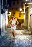 Frau in der Abendstraße Stockfoto