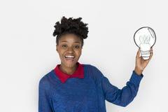 Frau der afrikanischen Abstammung, die Glühlampe hält Stockfotografie