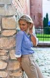 Frau in der alten Stadt. Lizenzfreie Stockbilder