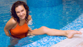 Frau in der Aquagymnastik lizenzfreie stockbilder