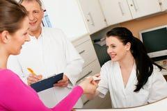 Frau an der Aufnahme der Klinik Lizenzfreie Stockbilder