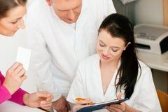 Frau an der Aufnahme der Klinik Lizenzfreie Stockfotos