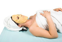 Frau an der Badekurortrücksortierung mit Gesichtsmaske Stockbild