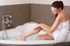 Frau in der Badezimmer-Sorgfalt über ihre perfekten Beine Stockfoto