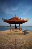 Frau an der Bali-Küste stockbilder