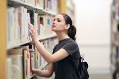 Frau in der Bibliothek Stockbilder