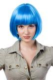 Frau in der blauen Perücke Stockfotografie
