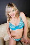 Frau in der blauen Wäsche Stockbilder
