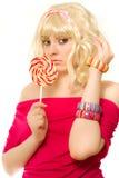 Frau in der blonden Perücke mit Lutscher Lizenzfreie Stockbilder