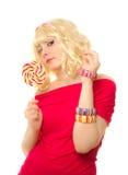 Frau in der blonden Perücke mit Lutscher Lizenzfreie Stockfotos