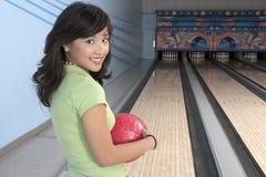 Frau an der Bowlingbahn Stockbilder