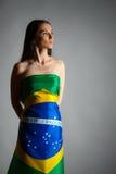 Frau in der brasilianischen Flagge Lizenzfreie Stockfotos