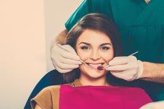 Frau an der Chirurgie des Zahnarztes Lizenzfreies Stockfoto
