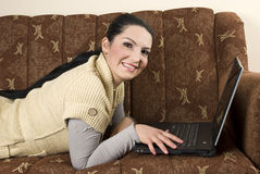 Frau in der Couch mit Laptop Stockfotos