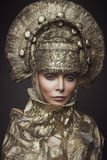 Frau in der dekorativen kokoshnik Kopfabnutzung Stockfoto