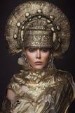 Frau in der dekorativen kokoshnik Kopfabnutzung Lizenzfreie Stockfotografie