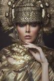 Frau in der dekorativen kokoshnik Kopfabnutzung Stockfotografie