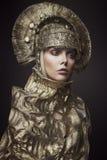 Frau in der dekorativen kokoshnik Kopfabnutzung Lizenzfreie Stockfotos