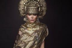 Frau in der dekorativen kokoshnik Kopfabnutzung Stockfotos