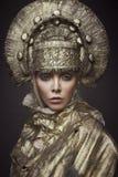 Frau in der dekorativen kokoshnik Kopfabnutzung Lizenzfreies Stockfoto