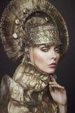 Frau in der dekorativen kokoshnik Kopfabnutzung Lizenzfreies Stockbild