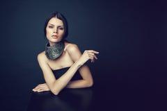 Frau in der dekorativen silbernen Halskette Lizenzfreie Stockbilder