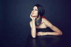 Frau in der dekorativen silbernen Halskette Stockbilder