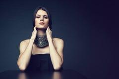 Frau in der dekorativen silbernen Halskette Lizenzfreies Stockbild