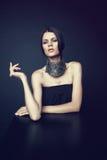 Frau in der dekorativen silbernen Halskette Lizenzfreies Stockfoto