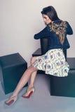 Frau in der Denimjacke und -rock Lizenzfreie Stockfotos