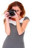 Frau in der digtal Kamera des grauen Kleidesprits auf Weiß Lizenzfreies Stockfoto