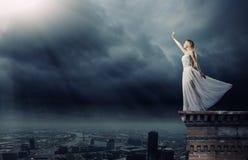 Frau in der Dunkelheit Stockfoto