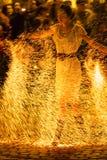 Frau in der Feuershow Lizenzfreie Stockbilder