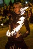 Frau in der Feuershow Lizenzfreies Stockfoto