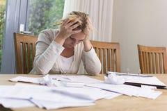 Frau in der finanziellen Belastung Lizenzfreies Stockfoto