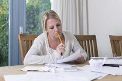 Frau in der finanziellen Belastung Stockbild
