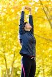 Frau in der Form draußen trainierend Lizenzfreie Stockbilder