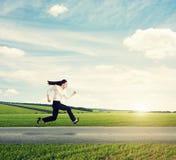 Frau in der formellen Kleidung, die schnell läuft Stockfotografie