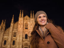Frau in der Front von Duomo am Abend beiseite schauend Stockfoto