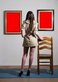Frau in der Galerie Lizenzfreies Stockbild