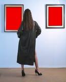 Frau in der Galerie Stockfotografie