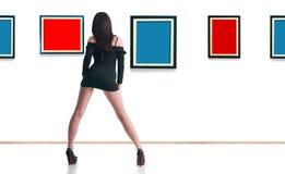 Frau in der Galerie Lizenzfreies Stockfoto