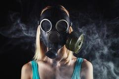 Frau in der Gasmaske und dem Rauche Lizenzfreie Stockbilder