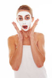 Frau in der Gesichtsmaske mit überraschtem Ausdruck Stockfotografie