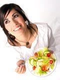 Frau der gesunden Ernährung genießt rohes Lebensmittel-frischen grünen Salat stockfotos