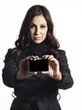 Frau in der Grabenmantel-Holdingkarte Stockbild