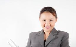 Frau in der grauen Jacke hält Ordner lizenzfreie stockbilder