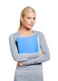 Frau übergibt Ordner mit Dokumenten Lizenzfreies Stockbild