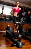 Frau in der Gymnastik auf Stepper Lizenzfreie Stockbilder